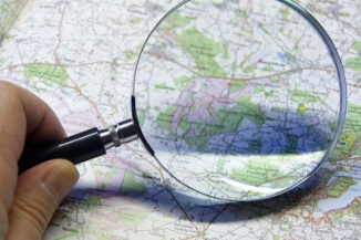 map and magnifying glas